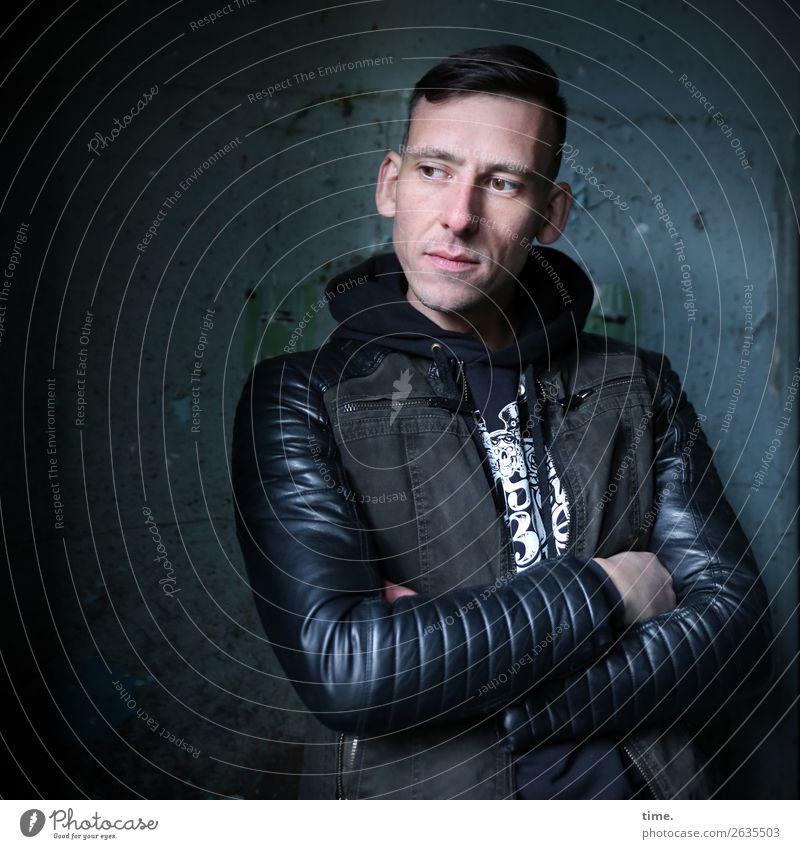 Stefan maskulin Mann Erwachsene 1 Mensch Mauer Wand T-Shirt Jacke brünett kurzhaarig beobachten Denken festhalten Blick stehen ästhetisch dunkel Freundlichkeit