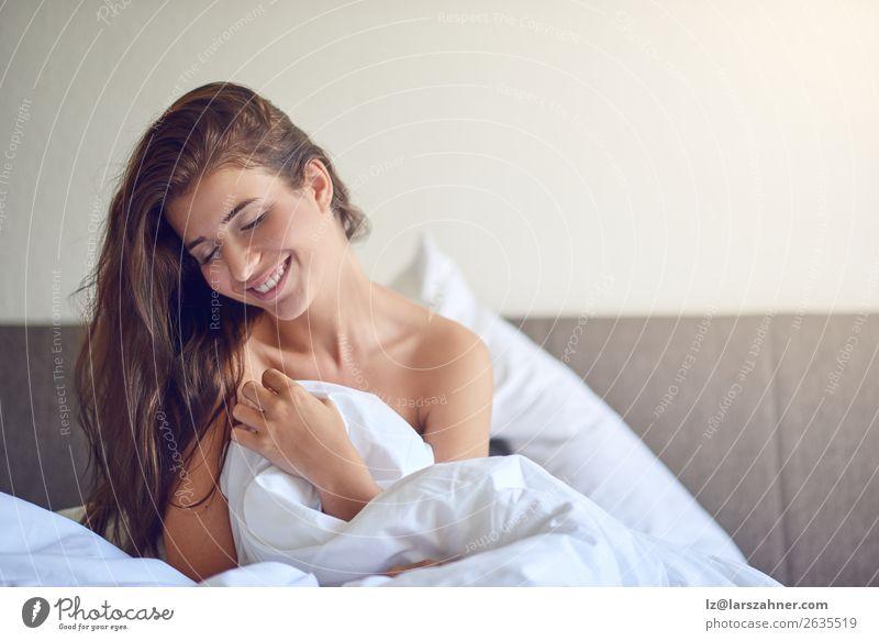 Junge Frau im Bett sitzend und lächelnd Glück schön Erholung Schlafzimmer Erwachsene 1 Mensch 18-30 Jahre Jugendliche brünett Lächeln schlafen Erotik schwanger