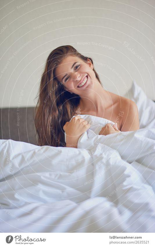Schönes Mädchen sitzt im Bett in weißer Bettwäsche. Glück schön Erholung Schlafzimmer Frau Erwachsene 1 Mensch 18-30 Jahre Jugendliche brünett Lächeln schlafen