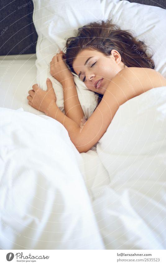 Junge schöne lateinamerikanische Frau, die im Bett liegt. Lifestyle Glück Haut Gesicht Erholung Schlafzimmer Erwachsene 1 Mensch 18-30 Jahre Jugendliche Lächeln