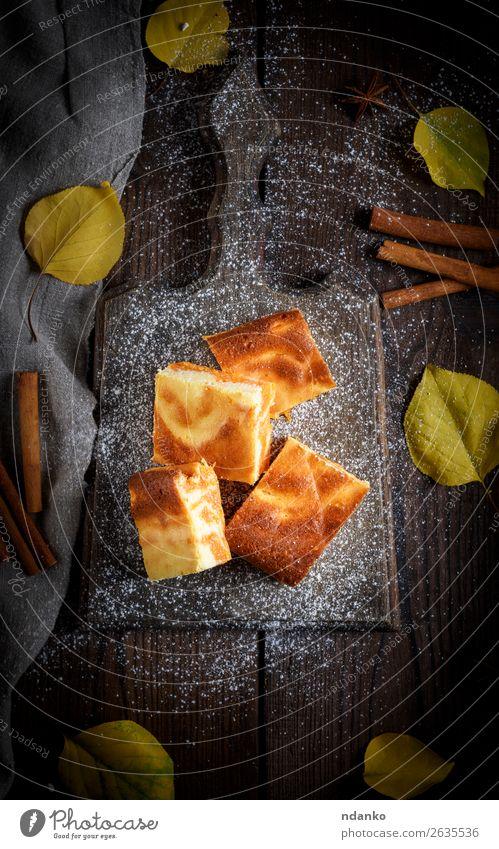 quadratische Stücke Käsekuchen mit Kürbis Milcherzeugnisse Frucht Dessert Ernährung Essen Frühstück Mittagessen Tisch Herbst Blatt Holz frisch lecker braun gelb