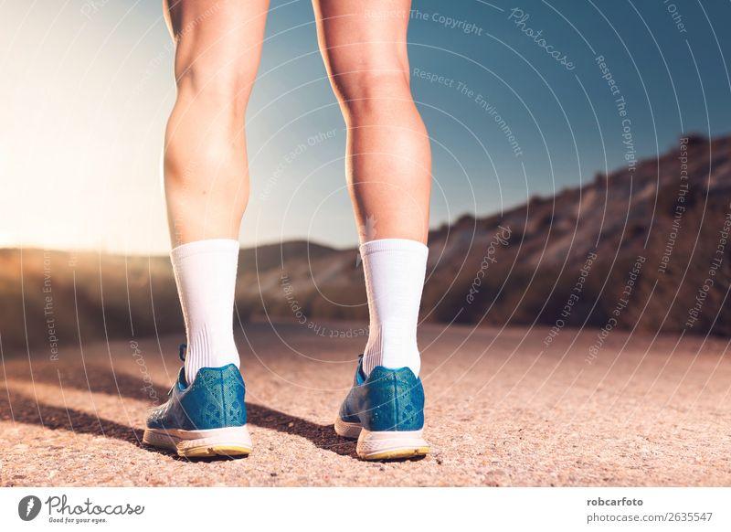 athletische Läuferbeine Lifestyle Sonne Sport Joggen Mensch Mann Erwachsene Park Brücke Bewegung Fitness sportlich Geschwindigkeit weiß rennen jung laufen
