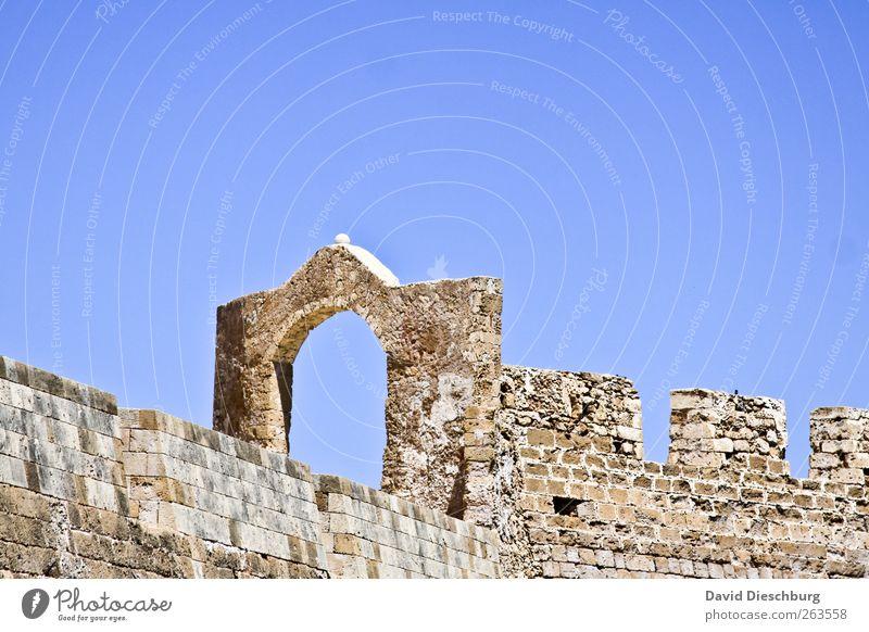 Am Ruin Sommer Burg oder Schloss Ruine Gebäude Mauer Wand Fassade blau hell-blau Eingang Ausgang Stein Zinnen Backstein Farbfoto Außenaufnahme Textfreiraum oben
