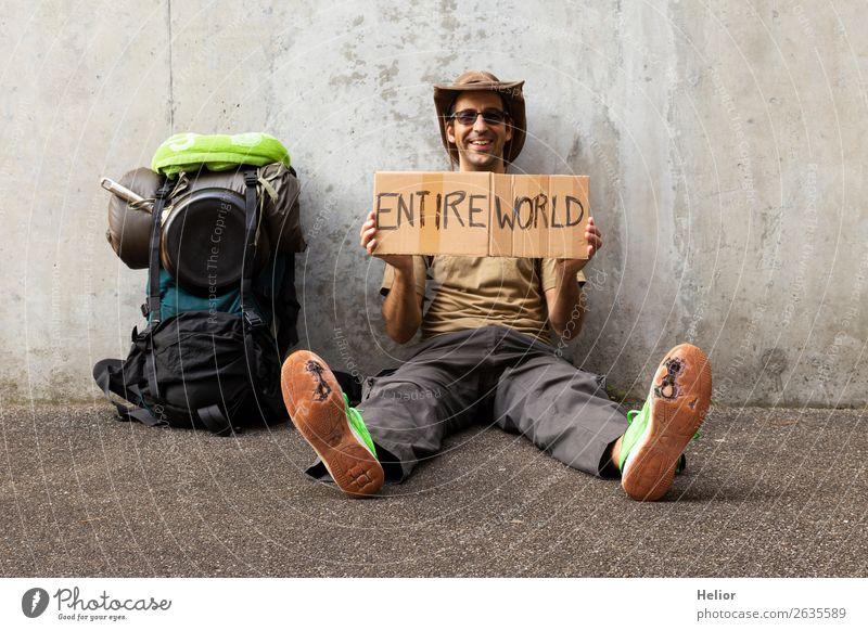 Ein Tramper reist in der ganzen Welt Mensch Ferien & Urlaub & Reisen Mann grün Freude Ferne schwarz Straße Lifestyle Erwachsene Leben Wand Mauer Freiheit grau