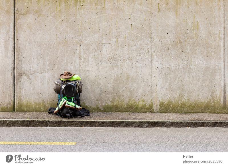 Gepackter Rucksack bereit für die Reise Ferien & Urlaub & Reisen grün Ferne schwarz Straße Wand Tourismus Mauer Freiheit grau Stimmung Ausflug frei stehen