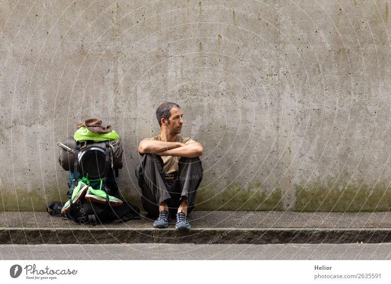 Rucksacktourist macht Pause vom Reisen per Anhalter Mensch Ferien & Urlaub & Reisen Mann grün Einsamkeit Ferne schwarz Straße Lifestyle Erwachsene Wand