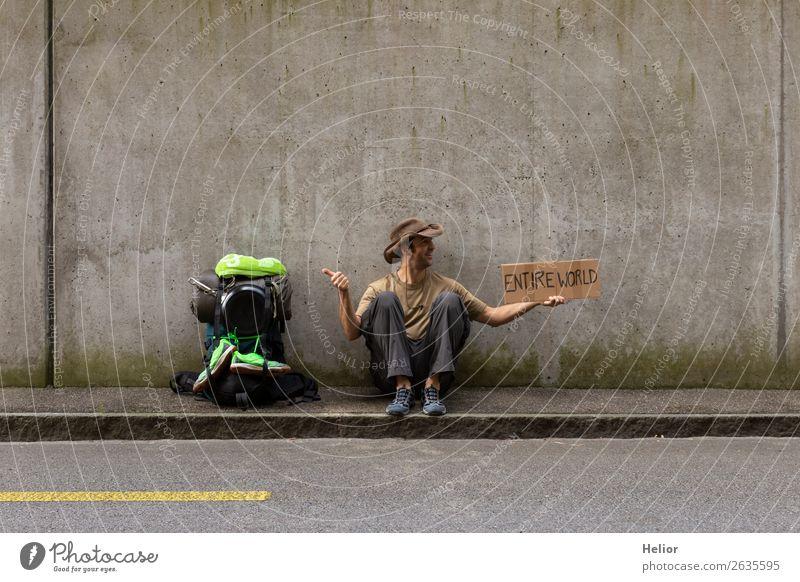 Rucksacktourist reist per Anhalter in die ganze Welt Mensch Ferien & Urlaub & Reisen Mann grün Hand Freude Ferne schwarz Straße Erwachsene Wand lustig Gefühle