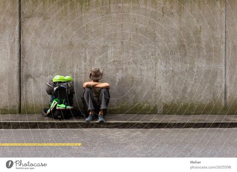Rucksacktourist macht Pause vom Reisen per Anhalter Mensch Ferien & Urlaub & Reisen Mann Einsamkeit Ferne Straße Lifestyle Erwachsene Wand Tourismus Mauer