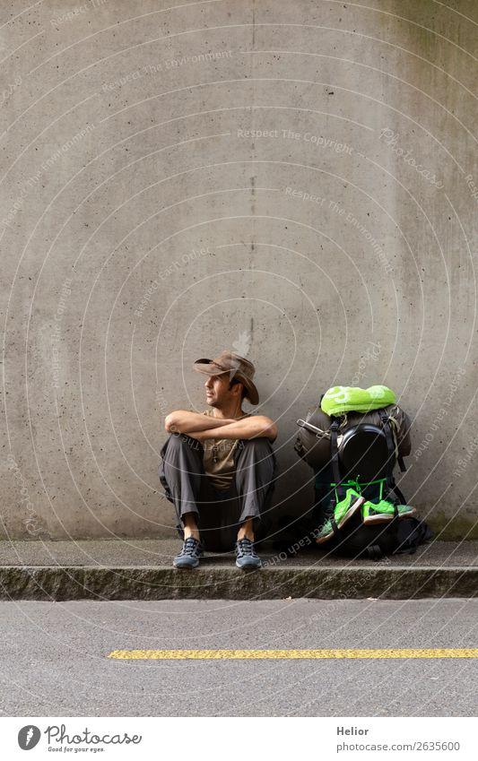 Rucksacktourist macht Pause vom Reisen per Anhalter Lifestyle Ferien & Urlaub & Reisen Tourismus Ausflug Abenteuer Ferne Freiheit Sightseeing Städtereise Mensch