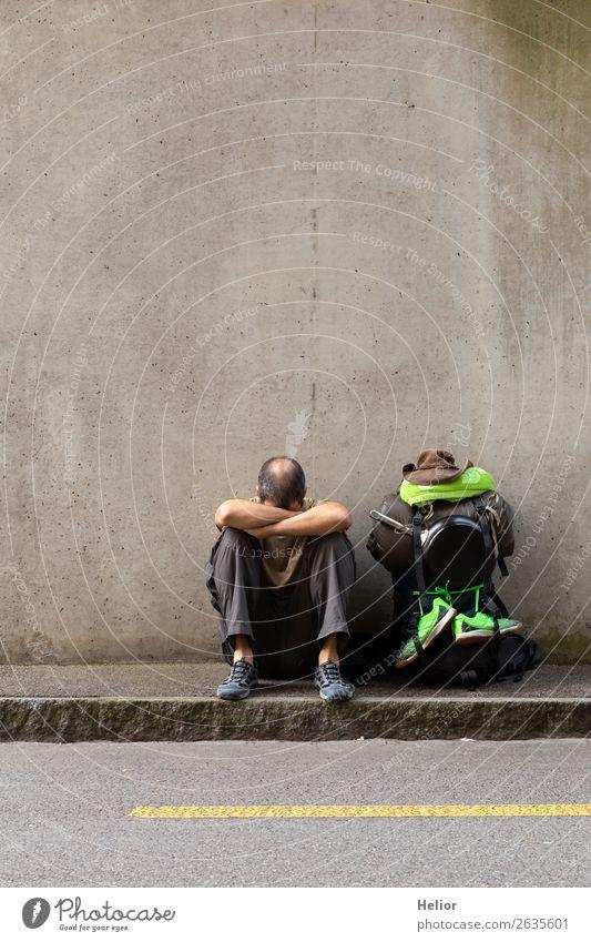 Rucksacktourist macht Pause vom Reisen per Anhalter Mensch Ferien & Urlaub & Reisen Mann grün Einsamkeit Ferne schwarz Straße Lifestyle Erwachsene Leben Wand
