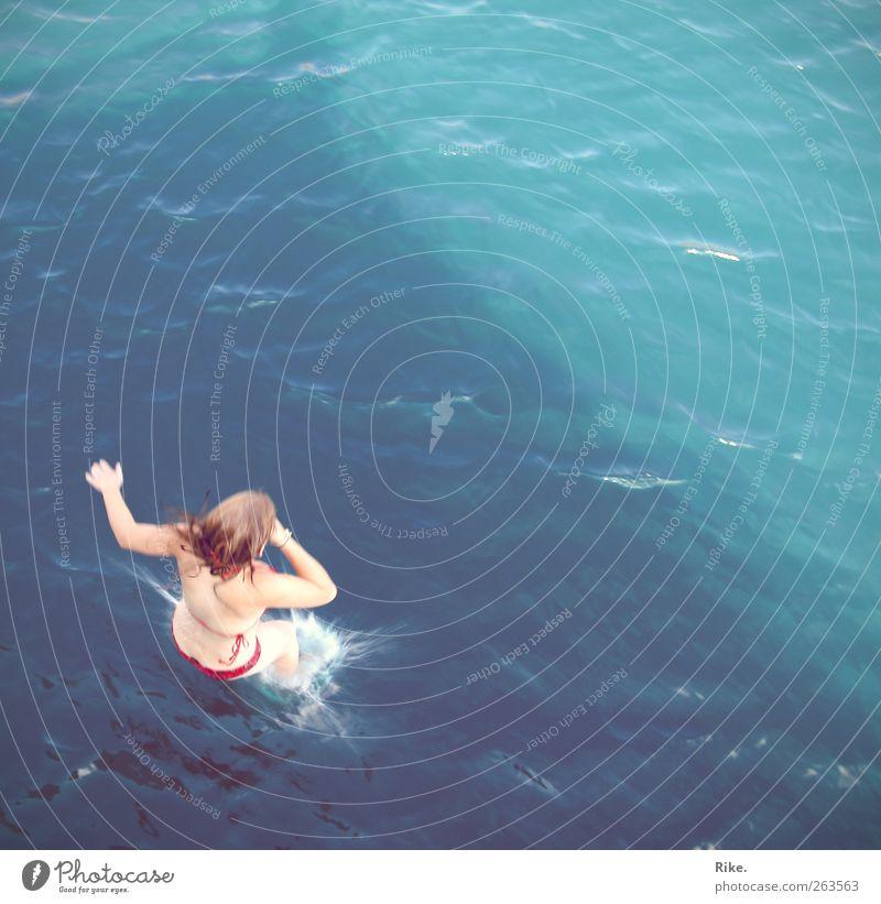 Abtauchen. Mensch Jugendliche Ferien & Urlaub & Reisen Meer Sommer Freude feminin Freiheit springen Gesundheit Körper Schwimmen & Baden blond Haut nass