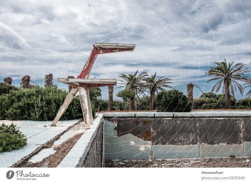 verfallenes Freibad, Verfall Wellness Schwimmbad Ausflug Sommer Sonne Schwimmen & Baden Sportstätten Pflanze Sträucher Palme Park Sardinien Italien Ruine