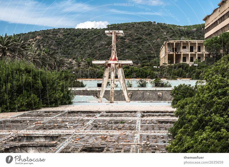 verfallenes Freibad, Verfall Schwimmbad Sommer Schwimmen & Baden Landschaft Himmel Wolken Horizont Sonne Schönes Wetter Sträucher Palme Park Sardinien Italien