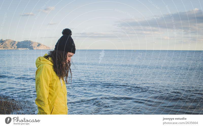 Porträt einer jungen Frau am Strand Lifestyle Leben Erholung Ferien & Urlaub & Reisen Ausflug Sonne Meer Winter Sport Sitzung Erwachsene Natur Horizont Küste
