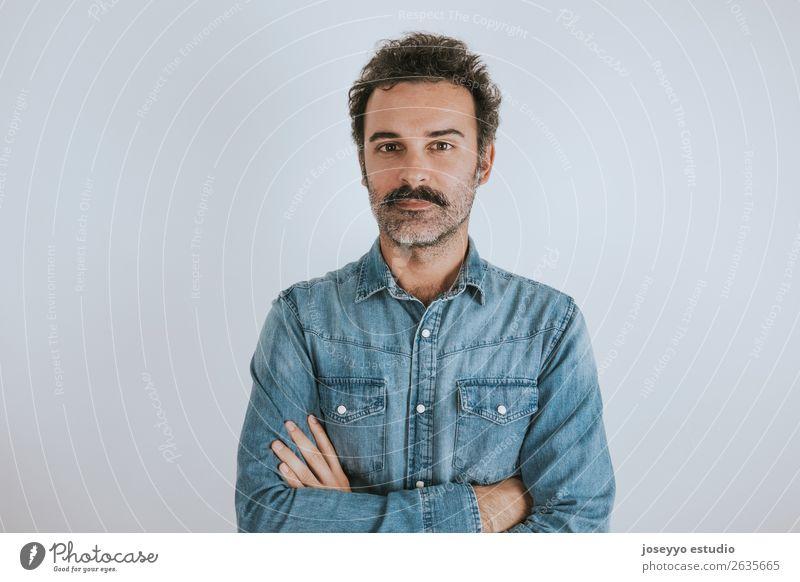 Porträt eines Mannes mit Schnurrbart, der mit verschränkten Armen steht. Lifestyle Glück Gesicht Mensch Erwachsene Mode Hemd Lächeln stehen Coolness trendy