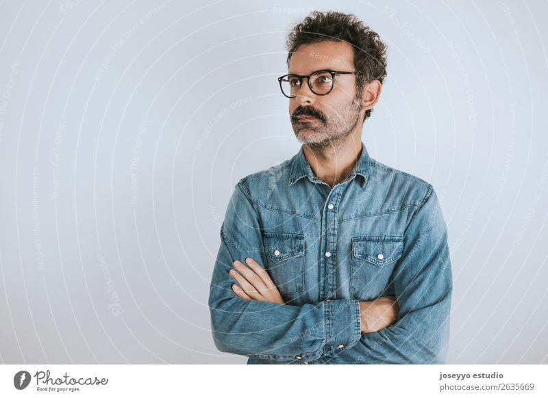 Porträt eines Mannes mit Brille und Schnurrbart mit verschränkten Armen Lifestyle Glück Gesicht Mensch Erwachsene Mode Hemd Lächeln stehen Coolness trendy
