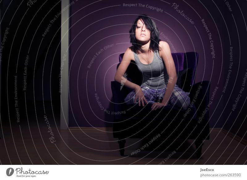 #263590 Lifestyle Stil Häusliches Leben Wohnung Sessel Raum Wohnzimmer Frau Erwachsene schwarzhaarig beobachten Erholung Kommunizieren sitzen ästhetisch
