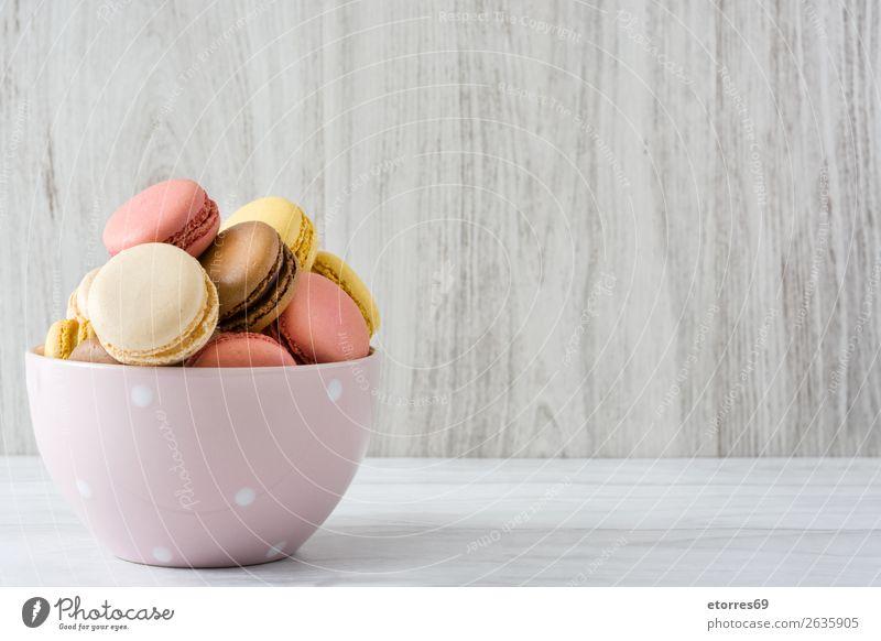 Bunte Makronen in einer Schleife Macaron Erdbeeren Zitrone Dessert Kaffee gelb Schokolade Konfekt Himbeeren Tradition Süßwaren Plätzchen ausstechen