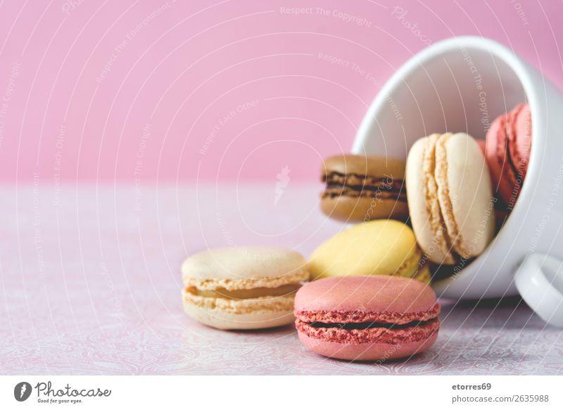 bunte Makronen aus einer Tasse Macaron Erdbeeren Zitrone Dessert Kaffee gelb Schokolade Konfekt Himbeeren Tradition Süßwaren Biskuit geschmackvoll backen