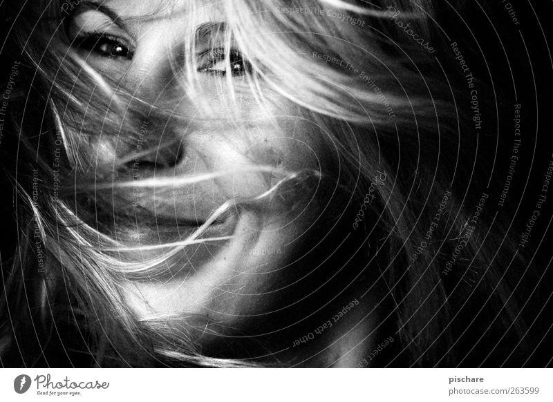Smile feminin Frau Erwachsene Haare & Frisuren Gesicht blond langhaarig Lächeln Fröhlichkeit Glück positiv Freude Lebensfreude Frühlingsgefühle Schwarzweißfoto