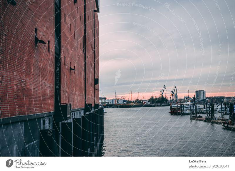 Blick in den Hamburgerhafen blau Stadt schön Wasser rot Wolken Architektur Wand Umwelt Mauer braun Fassade Zufriedenheit Horizont ästhetisch Perspektive