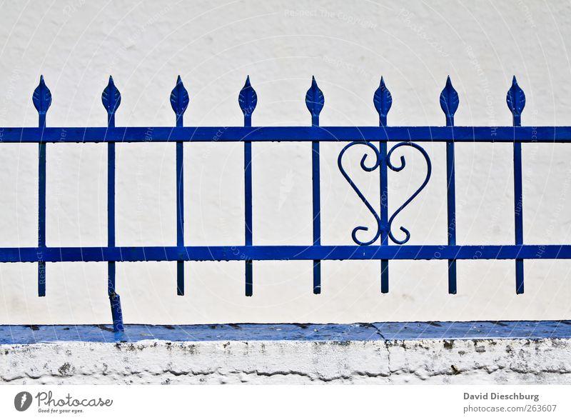 Herz aus Stahl Mauer Wand Fassade blau weiß herzförmig Zaun Metallzaun Spitze Linie Riss alt Biegung Kunsthandwerk Gebäudeteil lackiert Strebe Farbfoto