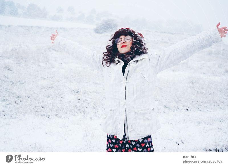 Junge und hübsche Frau, die einen verschneiten Wintertag genießt. Lifestyle Stil Glück Gesicht Wellness Leben Wohlgefühl Sinnesorgane Freizeit & Hobby Abenteuer