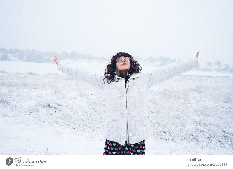 Junge und hübsche Frau, die einen verschneiten Wintertag genießt. Lifestyle Stil Glück Gesicht Leben Freizeit & Hobby Abenteuer Freiheit Schnee Winterurlaub
