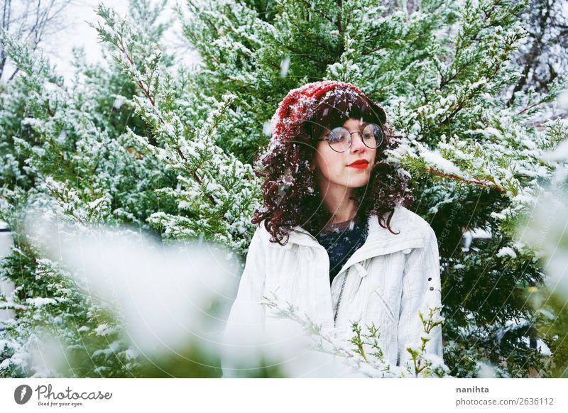 Junge Frau genießt einen schneereichen Winter Lifestyle Stil Glück Leben Abenteuer Freiheit Schnee Winterurlaub Weihnachten & Advent Silvester u. Neujahr Mensch