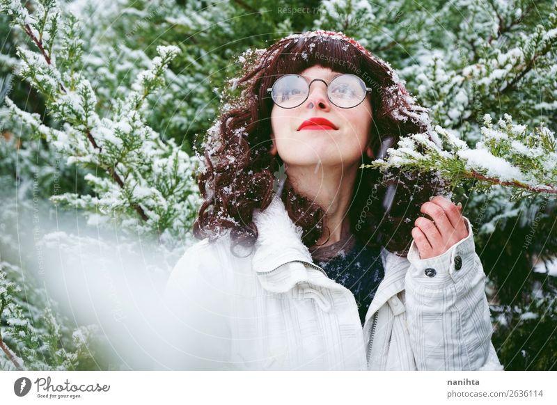 Junge Frau genießt einen schneereichen Wintertag Lifestyle Stil Glück Wellness Leben Abenteuer Freiheit Schnee Winterurlaub Weihnachten & Advent