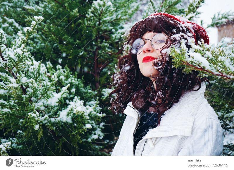 Junge Frau genießt einen schneereichen Winter Lifestyle Stil Freude Glück Wellness Leben Abenteuer Freiheit Schnee Winterurlaub Weihnachten & Advent
