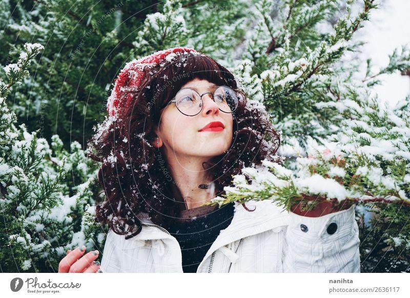 Junge Frau genießt einen schneereichen Wintertag Lifestyle Stil Glück Leben Abenteuer Freiheit Schnee Weihnachten & Advent Silvester u. Neujahr Mensch feminin