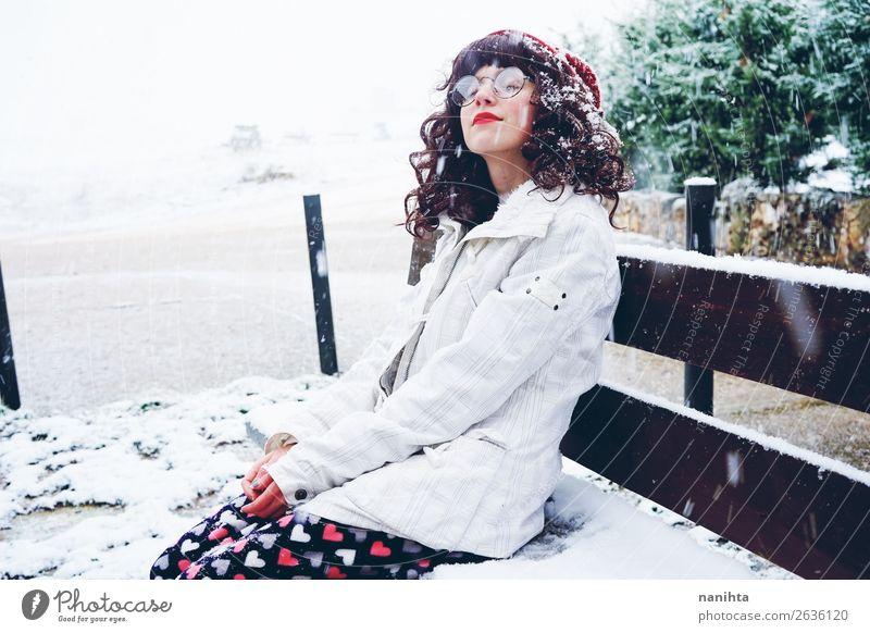 Frau Mensch Natur Jugendliche Weihnachten & Advent Junge Frau weiß Einsamkeit ruhig Freude Winter 18-30 Jahre Gesicht Lifestyle Erwachsene Leben