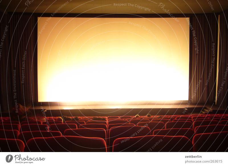 Kino Kunst Kultur Veranstaltung Medien gut Projektionsleinwand Kinosaal Sitz Sitzreihe Vorhang Show Farbfoto Gedeckte Farben Innenaufnahme Menschenleer