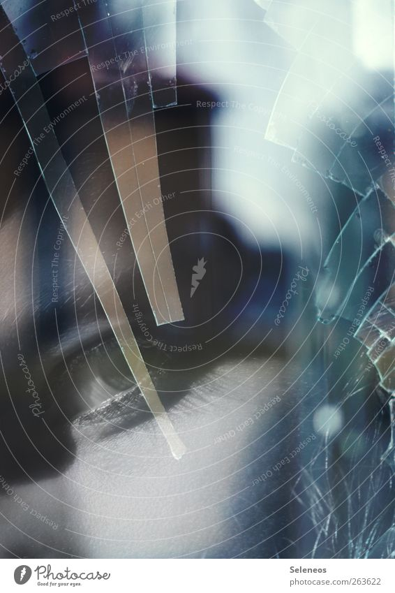 \.\\ Autofenster Mensch feminin Frau Erwachsene Auge 1 Blick gruselig Scharfer Gegenstand Glas Glasscheibe Glasscherbe Glassplitter Doppelbelichtung Haus