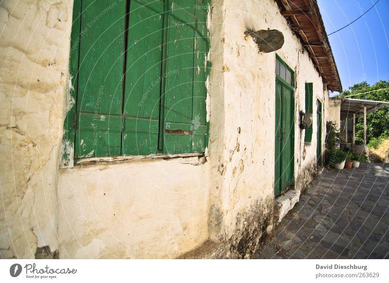 Ferienbehausung Dorf Fischerdorf Haus Gebäude Mauer Wand Fassade Fenster Tür grün Kreta mediterran Ferienwohnung Fensterladen geschlossen alt Altbau Farbfoto