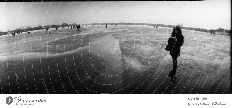 es knackt und knirscht Mensch Winter Fluss Binnenalster Hamburg gehen schwarz weiß Stimmung Eis Schwarzweißfoto Lomografie Tag Panorama (Aussicht)