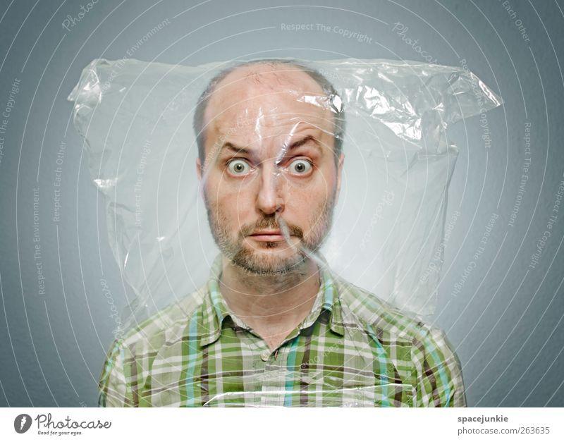 Abgepackt Mensch grün Gesicht Erwachsene lustig maskulin außergewöhnlich verrückt beobachten gruselig skurril Gesichtsausdruck seltsam Humor Entsetzen Plastiktüte