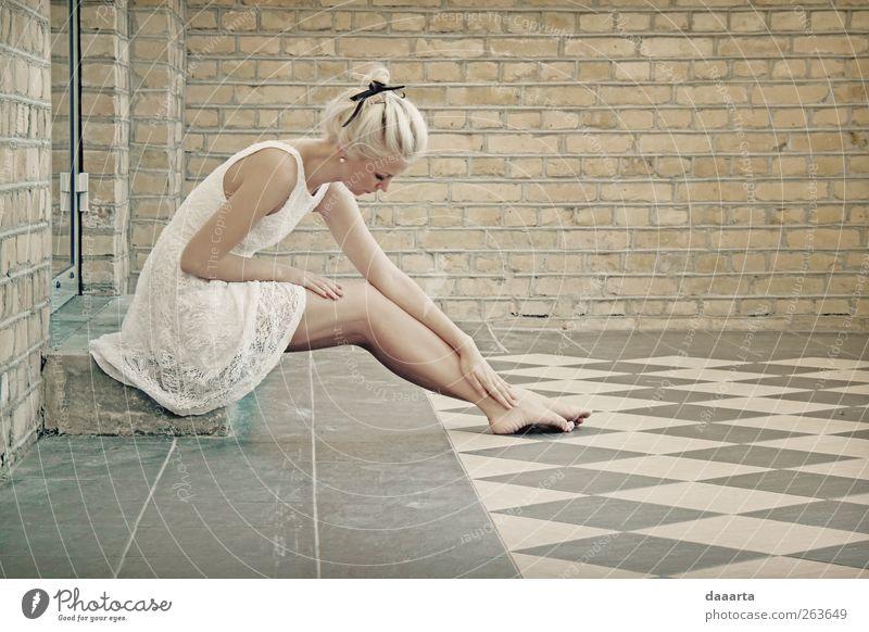 schwieriger Sonntag feminin Junge Frau Jugendliche Erwachsene 1 Mensch 18-30 Jahre Tänzer Kleid blond sitzen träumen Traurigkeit einfach Gesundheit Fröhlichkeit