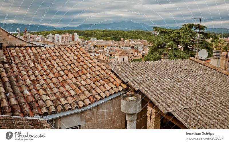 Girona II Ausflug Abenteuer Ferne Freiheit Städtereise Spanien Katalonien Stadt Stadtrand Haus Bauwerk Gebäude Architektur Dach alt Aussicht Berge u. Gebirge