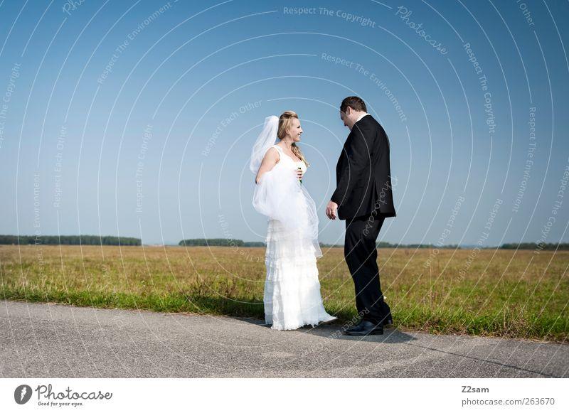 just married Mensch Jugendliche blau Sommer Erwachsene Liebe Umwelt Landschaft Wege & Pfade lachen Glück Stil Paar Horizont Zusammensein Herz