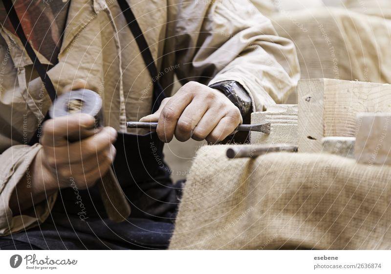 Steinschneiden Arbeit & Erwerbstätigkeit Beruf Handwerk Werkzeug Hammer Mensch Mann Erwachsene Kunst Metall Stahl weiß Tradition Beitel Steinmetzin Maurer