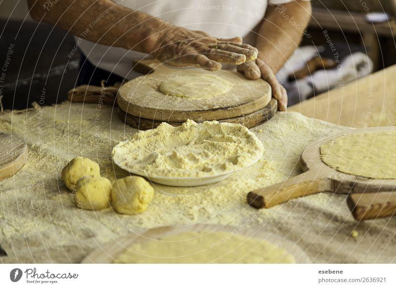 Kneten von Teig in einer traditionellen Bäckerei Teigwaren Backwaren Brot Essen Tisch Küche Restaurant Arbeit & Erwerbstätigkeit Mensch Frau Erwachsene Mann