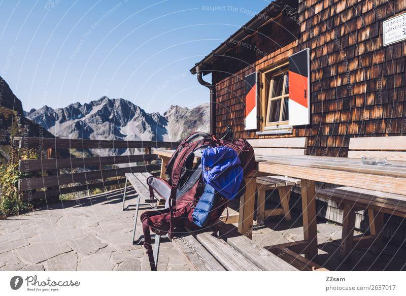 Wanderrucksäcke auf Almhütte Himmel Ferien & Urlaub & Reisen blau Landschaft rot Einsamkeit Berge u. Gebirge natürlich Ausflug Freizeit & Hobby wandern