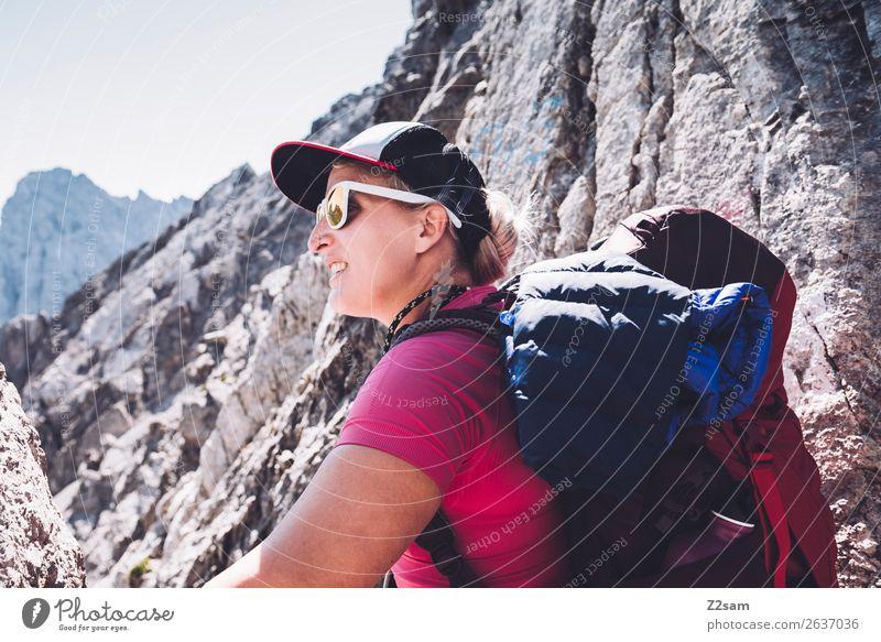 Junge Frau auf dem Gipfel   E5 Ferien & Urlaub & Reisen Abenteuer Berge u. Gebirge wandern Jugendliche 18-30 Jahre Erwachsene Natur Landschaft Sommer