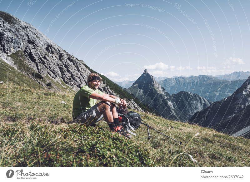 Wanderer macht Pause   E5 Natur Ferien & Urlaub & Reisen Jugendliche Sommer Junger Mann Landschaft Einsamkeit Berge u. Gebirge Erwachsene Wiese Glück wandern