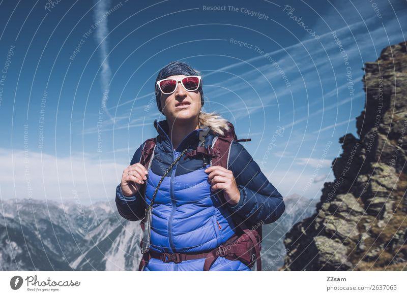 Junge Frau auf dem Gipfel   E5 Himmel Natur Ferien & Urlaub & Reisen Jugendliche schön Landschaft Berge u. Gebirge Erwachsene Glück Freizeit & Hobby wandern