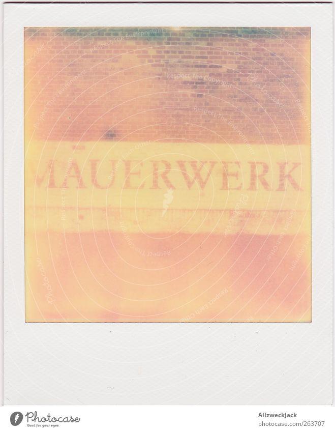 Des Maurer's Werk Stein Backstein Schriftzeichen retro trashig rosa rot Mauer Typographie Buchstaben Farbfoto Außenaufnahme Polaroid Menschenleer Tag