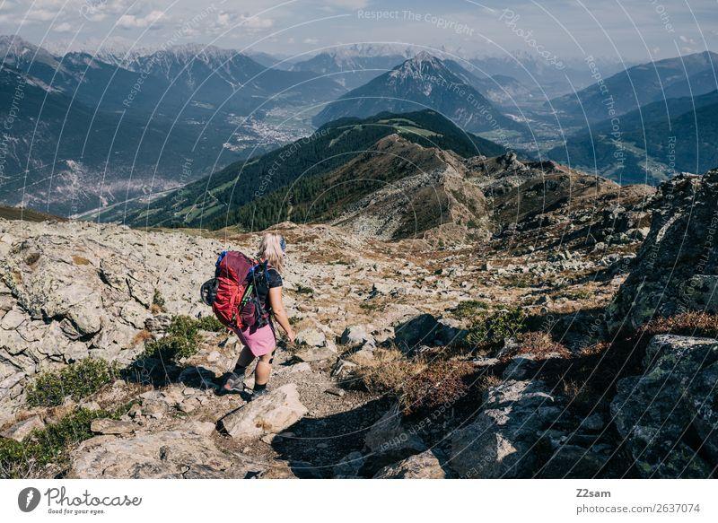 Junge Frau auf Alpenüberquerung | E5 Abenteuer wandern Jugendliche Natur Landschaft Schönes Wetter Felsen Berge u. Gebirge Gipfel Rucksack Rucksackurlaub