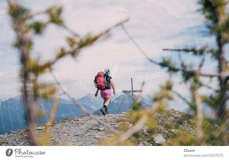 Junge Frau auf dem Gipfel des Venet   AT Natur Jugendliche Sommer Landschaft Berge u. Gebirge Erwachsene Freiheit Freizeit & Hobby wandern Kraft Abenteuer hoch